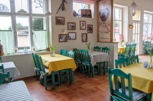 Widok na restauracje wewnątrz - klimatyczne wystrojenie sali