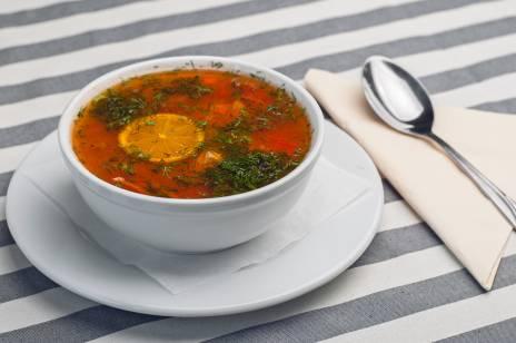 Gorąca i dobrze przyprawiona zupa rybna z kawałkami limonki