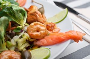 Sałatka z krewetkami i łososiem - Sałatki - Restauracja 7 kontynent