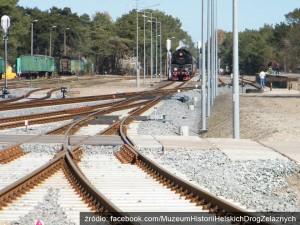 Zabytkowa lokomotywa czeka na chętnych pasażerów w drodze na półwysep.