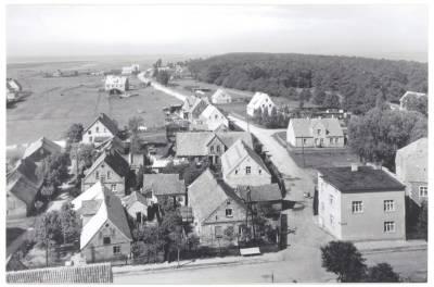Czarno białe zdjęcie ukazujące widok z lotu ptaka na miasto Jastarnia w latach 1960 - 1970.