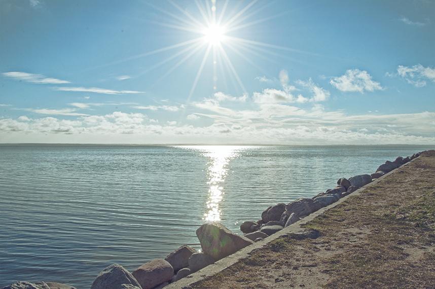 Jastarnia - Widok na morze Bałtyckie w słoneczny wakacyjny dzień.