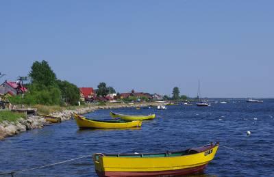 Żółte łódki na morzu w piękny słoneczny dzień w mieście Jastarnia - widok z molo.
