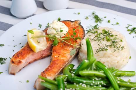 Dobrze wypieczony stek z łososia z zieloną fasolką podawany w naszej restauracji
