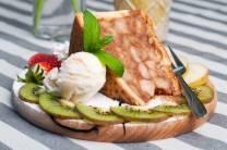 Pyszny i orzeźwiający deser o nietypowym smaku - Szarlotka na ciepło z lodami - idealna na lato!